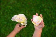 Ragazza che tiene un petalo rosa Fotografia Stock