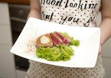 Ragazza che tiene un piatto di alimento Fotografie Stock Libere da Diritti