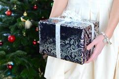 Ragazza che tiene un regalo di Natale Immagine Stock