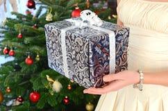 Ragazza che tiene un regalo di Natale Immagine Stock Libera da Diritti