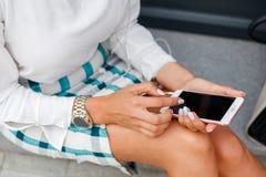 Ragazza che tiene un telefono in sua mano immagini stock libere da diritti
