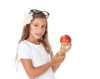 Ragazza che tiene una mela Immagine Stock
