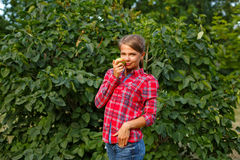 Ragazza che tiene una mela verde Fotografia Stock Libera da Diritti