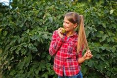 Ragazza che tiene una mela verde Fotografie Stock Libere da Diritti