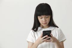 Ragazza che trasmette SMS fotografie stock