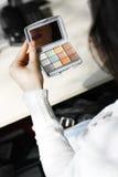 Ragazza che usando Eyeliner fotografie stock libere da diritti
