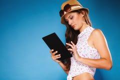 Ragazza che usando il lettore del libro elettronico del computer della compressa Immagine Stock