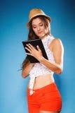 Ragazza che usando il lettore del libro elettronico del computer della compressa Fotografia Stock