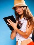 Ragazza che usando il lettore del libro elettronico del computer della compressa Immagine Stock Libera da Diritti