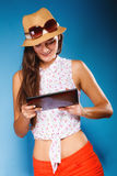 Ragazza che usando il lettore del libro elettronico del computer della compressa Fotografia Stock Libera da Diritti
