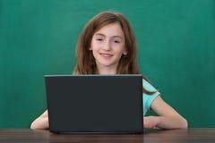 Ragazza che utilizza computer portatile nell'aula Immagini Stock Libere da Diritti