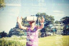 Ragazza che utilizza la cuffia avricolare del vr 3d nel parco Fotografie Stock Libere da Diritti