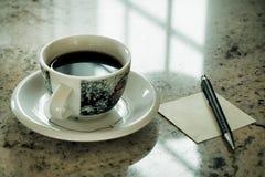 Ragazza che utilizza Smart Phone nel caffè Schermo di bianco dello Smart Phone della tenuta della mano tono dell'annata dello Sma Immagini Stock Libere da Diritti