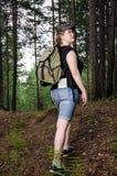 Ragazza che viaggia nella foresta Immagini Stock