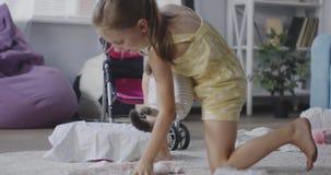 Ragazza che vizia un gatto video d archivio