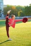 Ragazza Cheerleading in un allenamento della cordicella, di mattina ad alba su un campo all'aperto Sport, salute, forma fisica Fotografia Stock Libera da Diritti