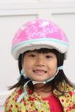 Ragazza cinese asiatica del bambino con il casco Immagini Stock Libere da Diritti