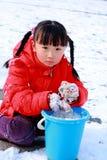 Ragazza cinese che gioca nella neve Fotografia Stock Libera da Diritti