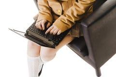 Ragazza cinese del banco che lavora ad un computer portatile. Fotografie Stock Libere da Diritti