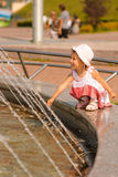 Ragazza circa la fontana Immagine Stock