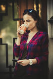 Ragazza in città con lo smartphone ed il caffè asportabile Fotografia Stock