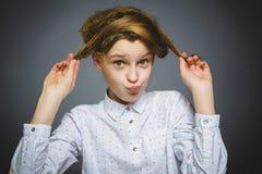 Ragazza civettuola Sorridere teenager bello del ritratto del primo piano isolato su grey fotografia stock libera da diritti