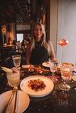 Ragazza in cocktail bevente del vestito nero in Hong Kong fotografia stock