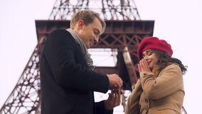 Ragazza colpita dalla proposta di matrimonio inattesa del ragazzo, strappo di felicità stock footage
