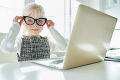 Ragazza come programmatore del nerd del computer immagine stock libera da diritti
