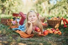 Ragazza con Apple nel meleto Bella ragazza che mangia Apple organico nel frutteto Concetto della raccolta Giardino, cibo del bamb fotografia stock libera da diritti