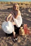 Ragazza con bagaglio alla sabbia Fotografia Stock Libera da Diritti