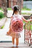 Ragazza con bagpack dentellare pronto per il banco Fotografia Stock Libera da Diritti
