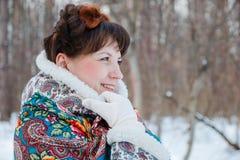 Ragazza con bei capelli sulla sua testa nello stile piega russo in scialli blu Immagini Stock
