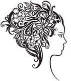 Ragazza con bei fiori in suoi capelli Immagine Stock