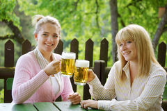 Ragazza con birra Fotografia Stock