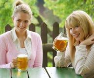 Ragazza con birra Immagini Stock