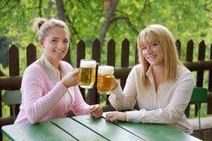 Ragazza con birra Fotografie Stock Libere da Diritti