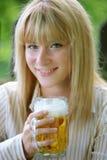 Ragazza con birra Immagine Stock