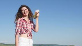 Ragazza con birra al giacimento di cereali di estate Fotografia Stock