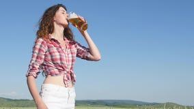 Ragazza con birra al giacimento di cereali di estate Fotografia Stock Libera da Diritti