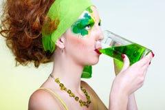 Ragazza con birra verde Fotografie Stock Libere da Diritti