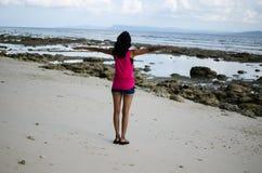 Ragazza con a braccia aperte fare gesto di volo su una spiaggia Immagini Stock Libere da Diritti
