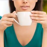 Ragazza con caffè. Fotografia Stock
