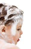 Ragazza con capelli bagnati nella gomma piuma dallo sciampo Fotografie Stock