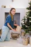 Ragazza con capelli biondi lunghi che portano camicia blu con il regalo Immagini Stock