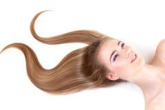 Ragazza con capelli biondi scuri fotografie stock libere da diritti