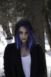 Ragazza con capelli blu in una foresta Fotografie Stock