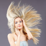 Ragazza con capelli d'ondeggiamento Immagini Stock