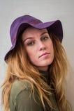 Ragazza con capelli lunghi in un cappello Fotografie Stock Libere da Diritti