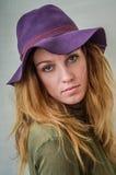 Ragazza con capelli lunghi in un cappello Immagine Stock